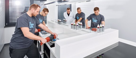 Employees testing the appliance of Koch-Chemie products in the CompetenceCenter